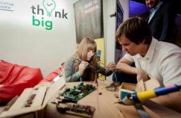 """KTU """"Startup Space"""" litavimo dirbtuvėse parodoje """"Login"""" merginos gaminasi papuošalus"""