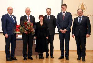 (Iš kairės): Kauno m. meras V. Matijošaitis, akad. R. J. Kažys, prof. L. Šinkūnaitė, LMA prezidentas akad. J. Banys, LR Švietimo ir mokslo ministerijos kancleris T. Daukantas, LMA viceprezidentas akad. Zenonas Dabkevičius