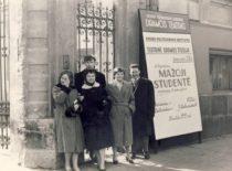 """Studijos nariai prie spektaklio """"Mažoji studentė"""" afišos, 1959 m. (Originalas – S. Dubinskaitės-Šablinskienės archyve)"""